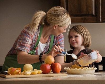 Cách khiến con vui vẻ giúp mẹ chuẩn bị cơm tối