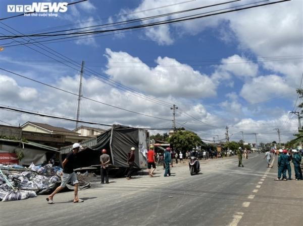 Ảnh: hiện trường vụ xe tải đâm liên hoàn, ít nhất 7 người thương vong ở Đắk Lắk