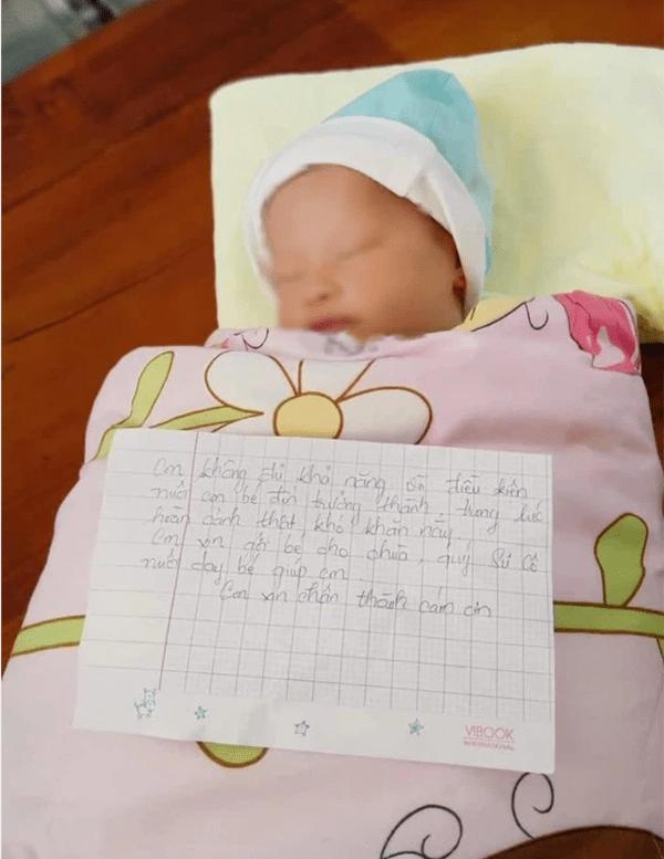 """Xót xa bé gái sơ sinh nằm khóc ngoài đường lúc rạng sáng vì bị mẹ bỏ rơi kèm lá thư: """"Em không đủ khả năng nuôi con"""""""
