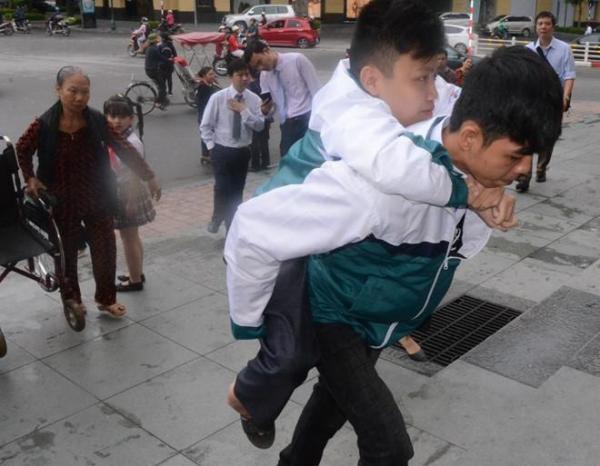 Thái Bình: Xúc động chuyện nam sinh cõng bạn đi học suốt 9 năm liền