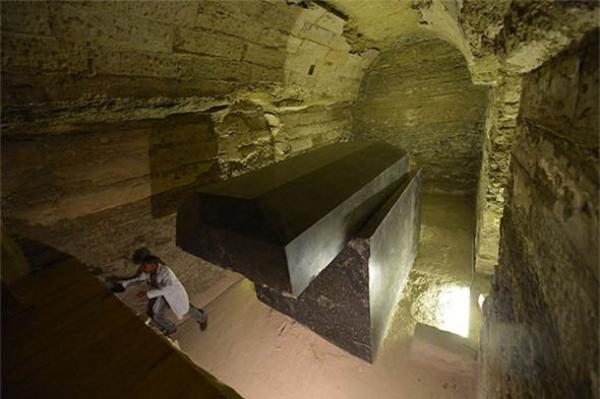 Quan tài người ngoài hành tinh gần Kim tự tháp Ai Cập?
