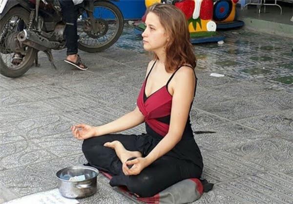 Du khách Tây đến Việt Nam ngồi xin tiền để du lịch: Thật thà hay kệch cỡm?