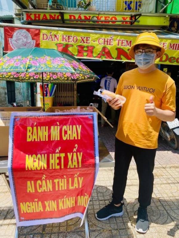 MC Đại Nghĩa xuống đường tự tay phát bánh mì chay cho bà con Sài Gòn đang gặp khó khăn