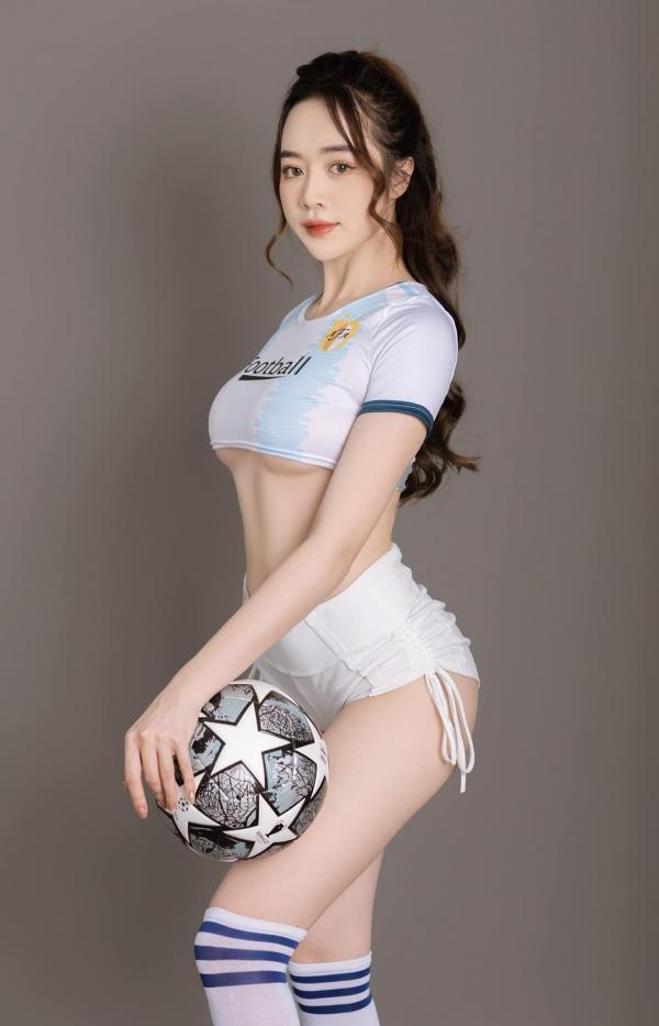 """Hot girl Quảng Ninh mặc trang phục ngắn ủng hộ Euro, nóng hơn cả """"thánh nữ Mì Gõ""""?"""
