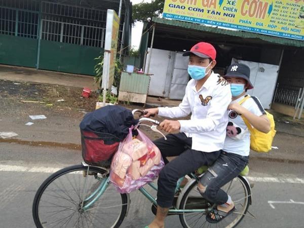 Đi bộ 400km về quê với 200k, 2 công nhân được tặng xe đạp, xe máy, còn đổ xăng đầy bình cho về tận nhà