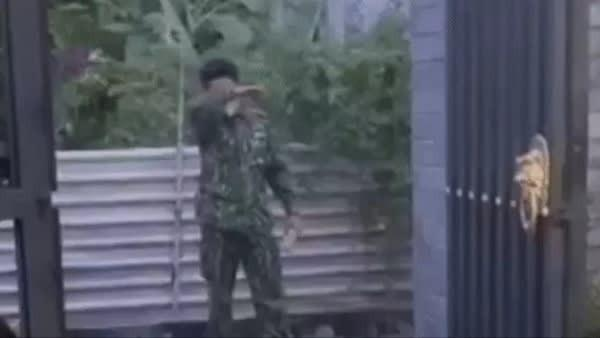 Chiến sĩ bộ đội tạt qua nhà, gạt nước mắt đứng nhìn con từ xa