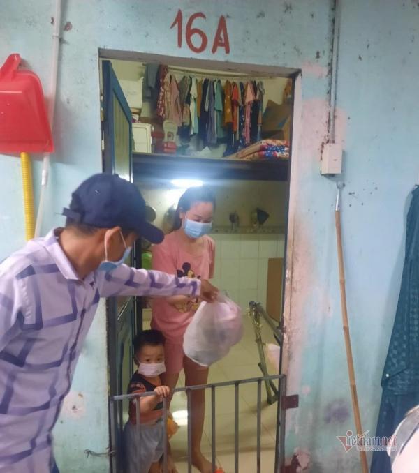 Vợ chồng thầy giáo ở TP.HCM lái xe ba gác đi hỗ trợ dân nghèo