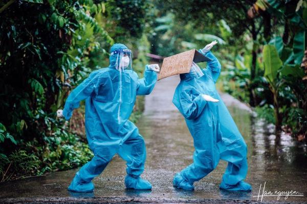 Hy vọng 'xanh' của nữ tình nguyện viên trong bộ ảnh nhảy múa dưới mưa giữa dịch