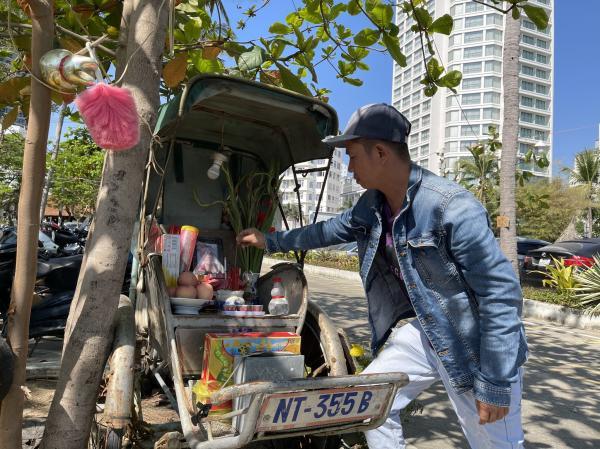 Chuyện xúc động sau tấm bàn thờ trên xe xích lô chỏng chơ ở biển Nha Trang Vũ Phượng