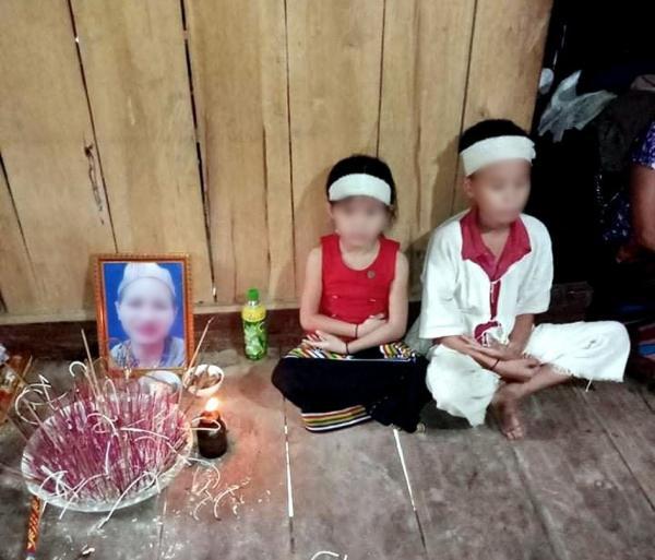 2 đứa trẻ co ro trong túp lều nát với tấm di ảnh mẹ