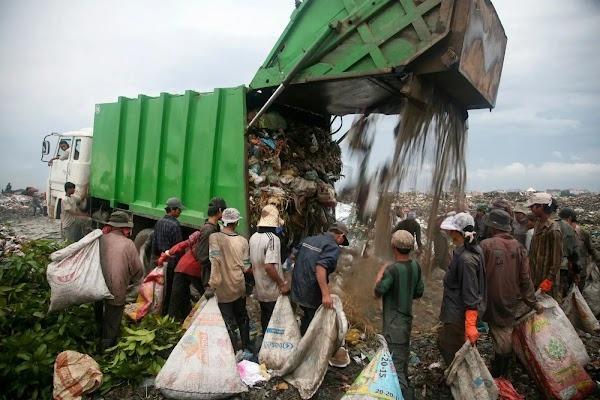 Tình cờ được chụp ảnh ở bãi rác, bé gái nghèo khổ một bước đổi đời, 12 năm sau ai nấy đều nể phục