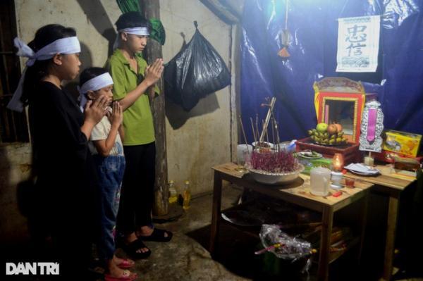 Nhói lòng cảnh 3 đứa trẻ mồ côi, mẹ từ vùng dịch về không được gặp mặt cha